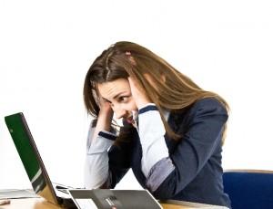 パソコンに集中できない女性